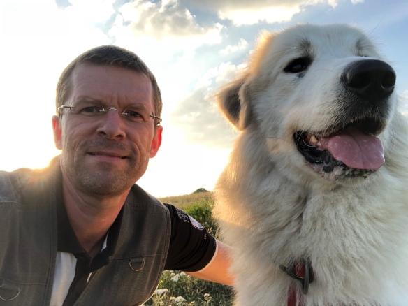 Ein großer Mensch und seine wunderbare Pyrenäenberg-Bella