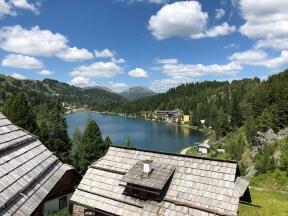 """Aussicht von der """"Mei Zeit""""-Terrasse auf den Turracher See und das Seehotel """"Jägerwirt"""""""