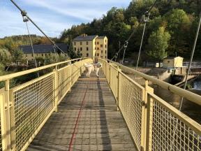 … über die Wackelbrücke, …