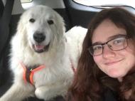 Mit meiner großen Menschenschwester in meinem roten Auto