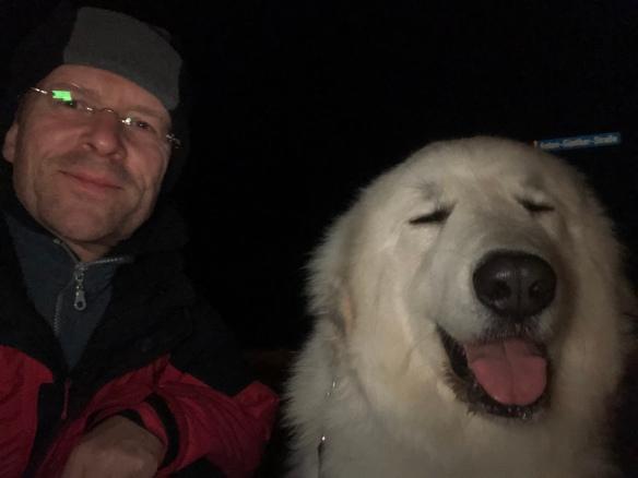 Mit meinem großen Mensch beim Abendspaziergang