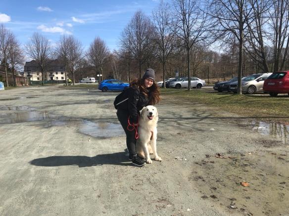 Mit meiner großen Menschenschwester am Treffpunkt auf dem Parkplatz am Wasserschloß Klaffenbach