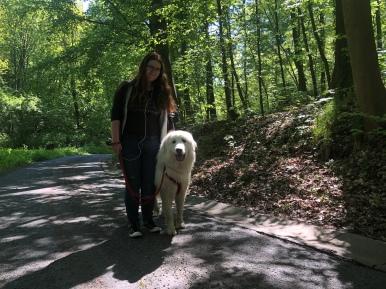 Die Bella mit ihrer großen Menschenschwester auf dem Heimweg im Stadtpark