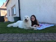 Mit meiner großen Menschenschwester im Garten kuscheln