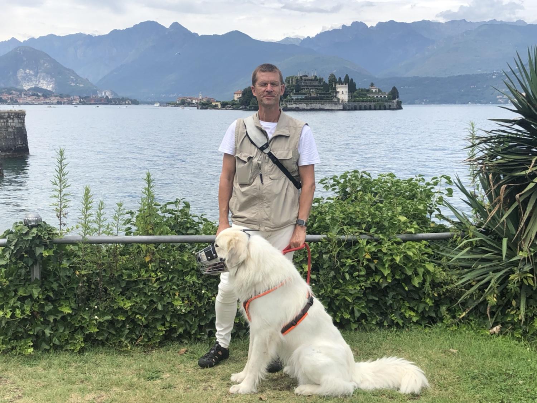 Mein großer Mensch und seine Bella in Stresa am See. Im Hintergrund die Insel ist nach mir benannt – Bella, Isola Bella!