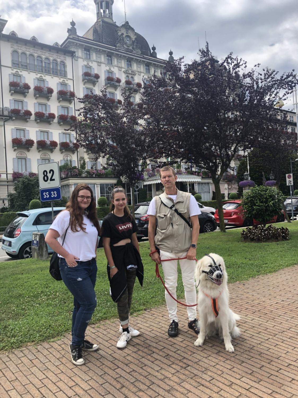 Die Bella mit ihren Menschen in Stresa an der Uferpromenade