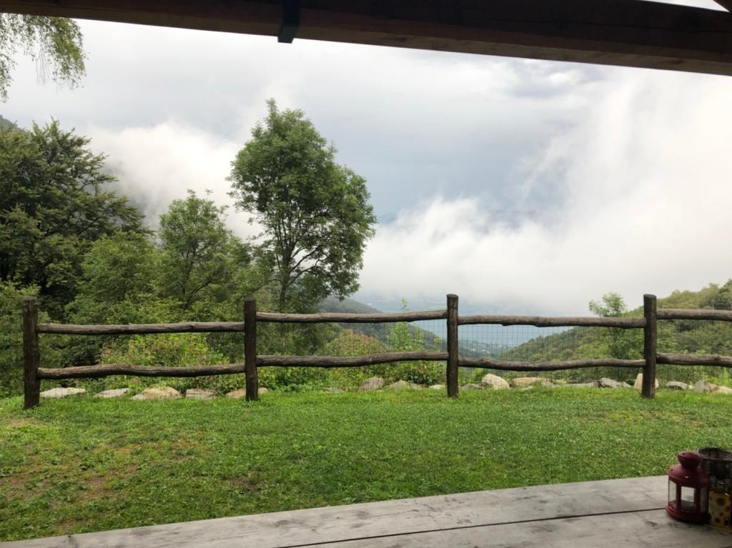 Die Wolke schiebt sich von Süden über den See den Berg hinauf