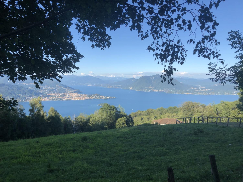 Blick auf Verbania, die Isola Madre und den Lago Maggiore beim Abendspaziergang