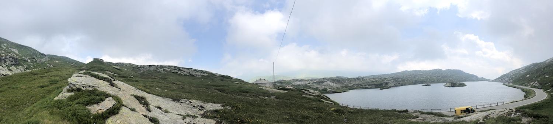 Auf dem San Bernardino mit Blick über den Laghetto Moesola