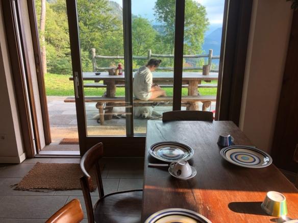 Mit meiner kleinen Menschenschwester vor dem Frühstück auf der Terrasse