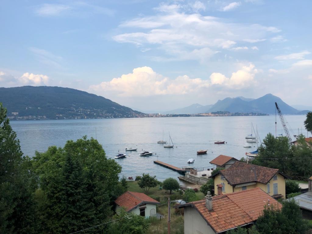 Vom Parkdeck des Lago Maggiore Center über den See geschaut