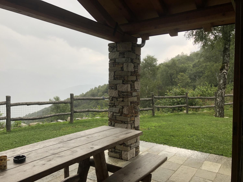 Regen und graue Wolken über dem Lago