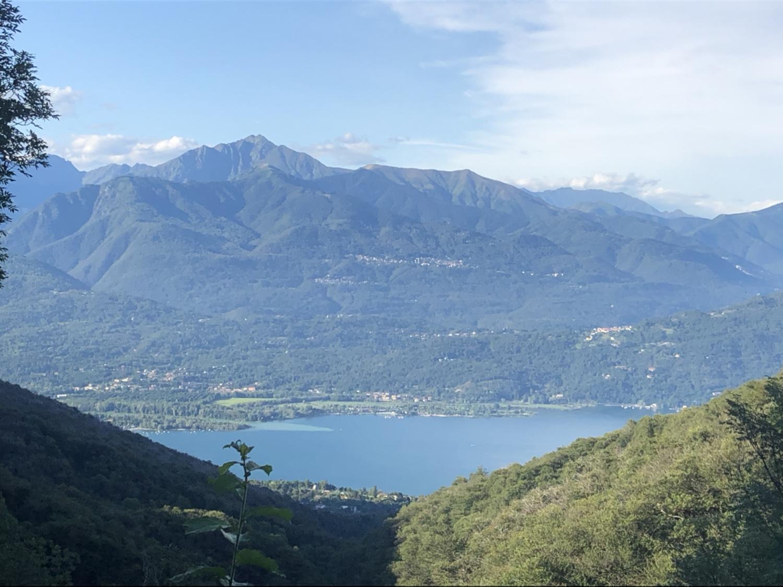 Einletzter Blick auf den Lago Maggiore und die Berge