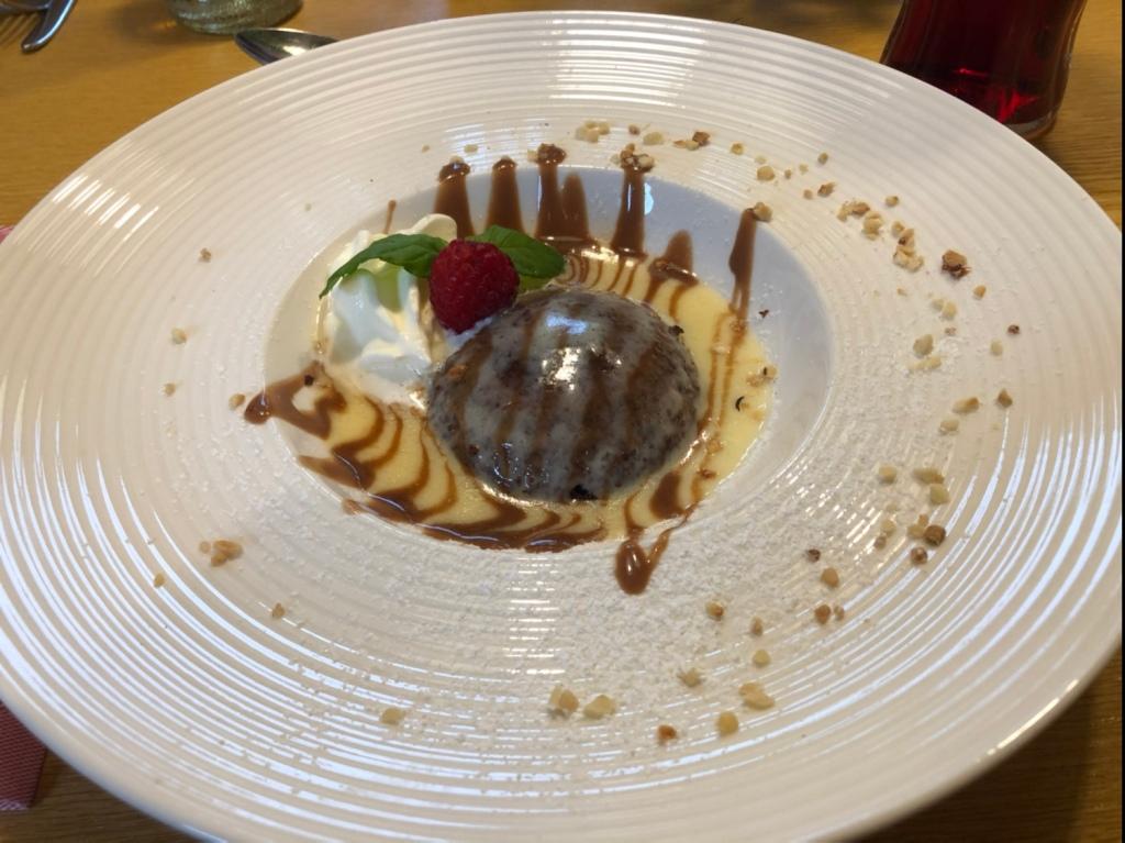 Schokoladen-Nuß-Auflauf mit Eierlikörsauce und Obers