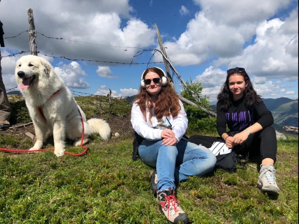 Mit meinen Menschenschwestern auf dem Berggipfel