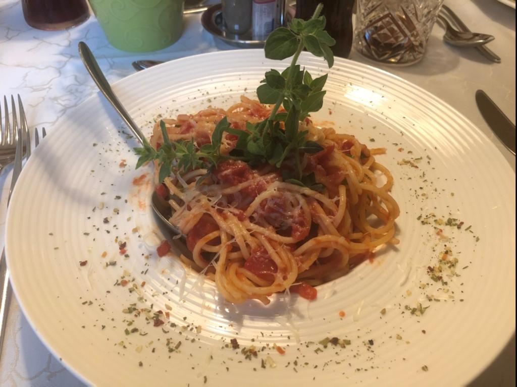Spaghetti mit Tomaten, Basilikum, Mozzarella und Parmesan